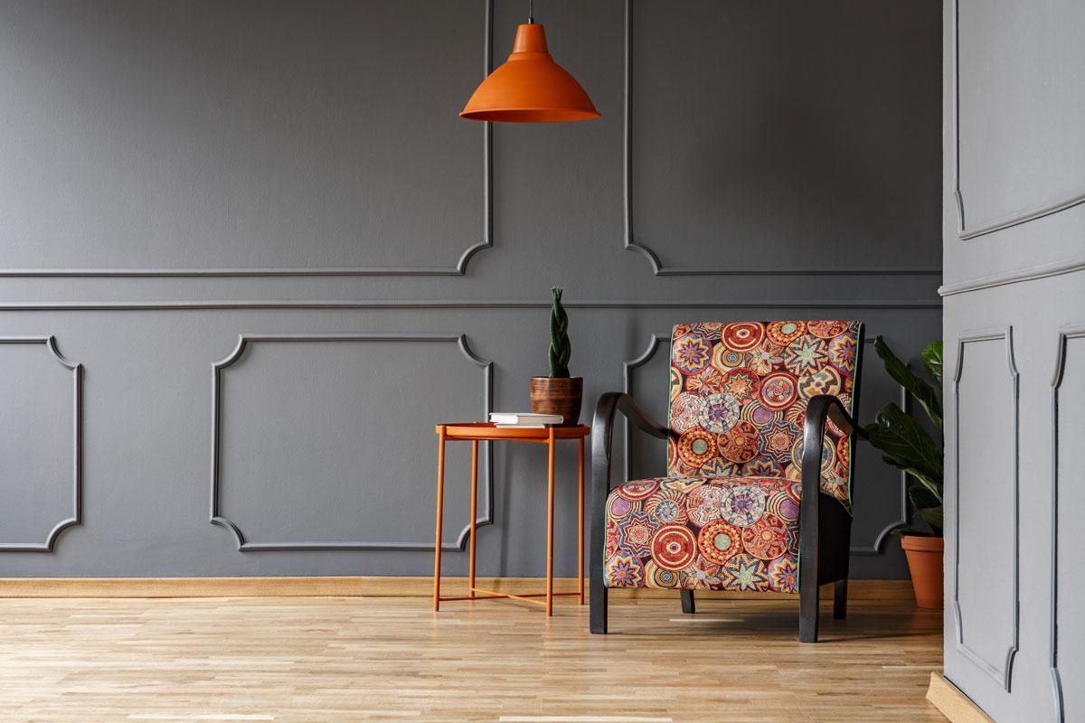 Wohnzimmer mit dunkler Wand